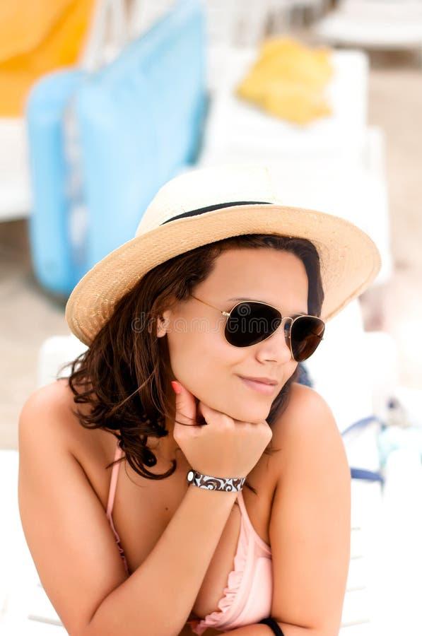 Frau mit dem Hut, der Spaß in den Sommerferien auf Strand hat stockfotografie