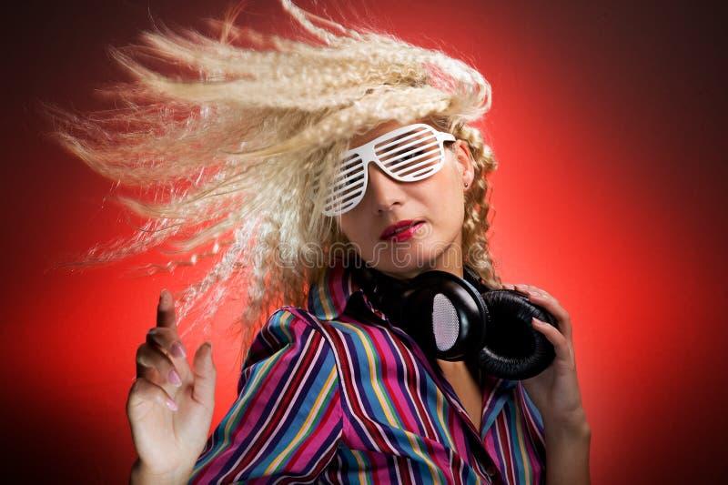 Frau mit dem Kopfhörertanzen stockbild