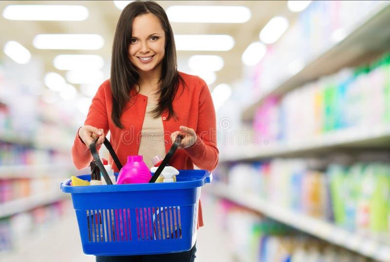 Frau mit dem Korb voll von den Reinigern lizenzfreie stockfotos