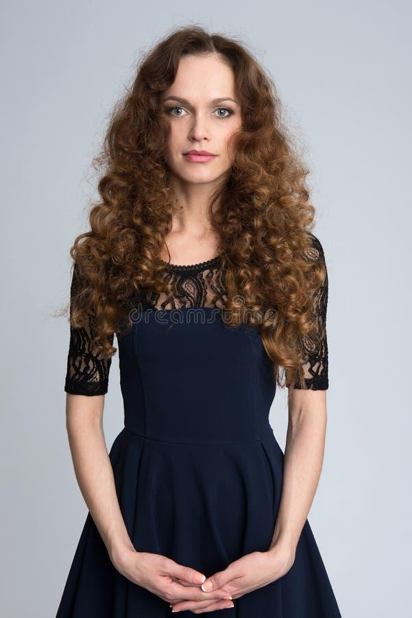 Frau mit dem langen braunen Haar der Schönheit stockfotos