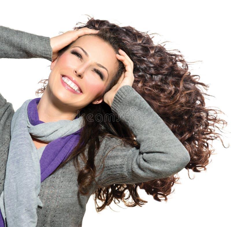 Frau mit dem langen gelockten Haar lizenzfreie stockbilder