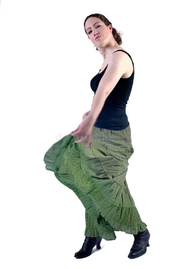 Frau mit dem langen lockigen Haar in einem Kleidtanzen stockfotografie
