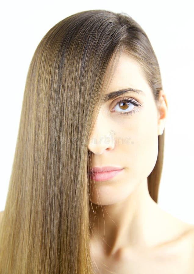 Frau mit dem langen seidigen braunen Haar und den schönen Lippen lizenzfreie stockfotos