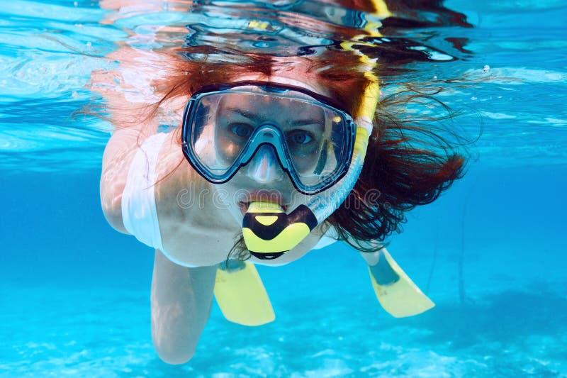 Frau mit dem Maskenschnorcheln lizenzfreies stockfoto