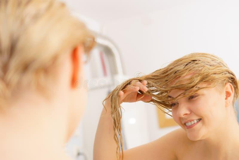 Frau mit dem nassen blonden Haar stockbilder