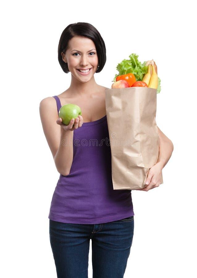 Frau mit dem Paket voll von der gesunden Nahrung stockfotografie