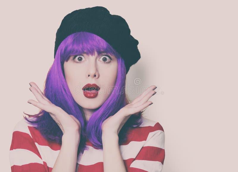 Frau mit dem purpurroten Haar stockbilder