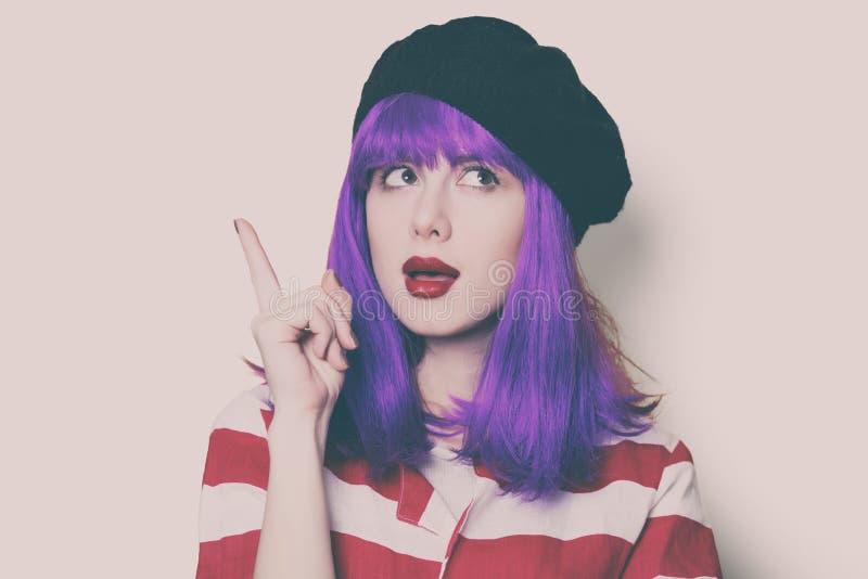 Frau mit dem purpurroten Haar lizenzfreie stockfotos