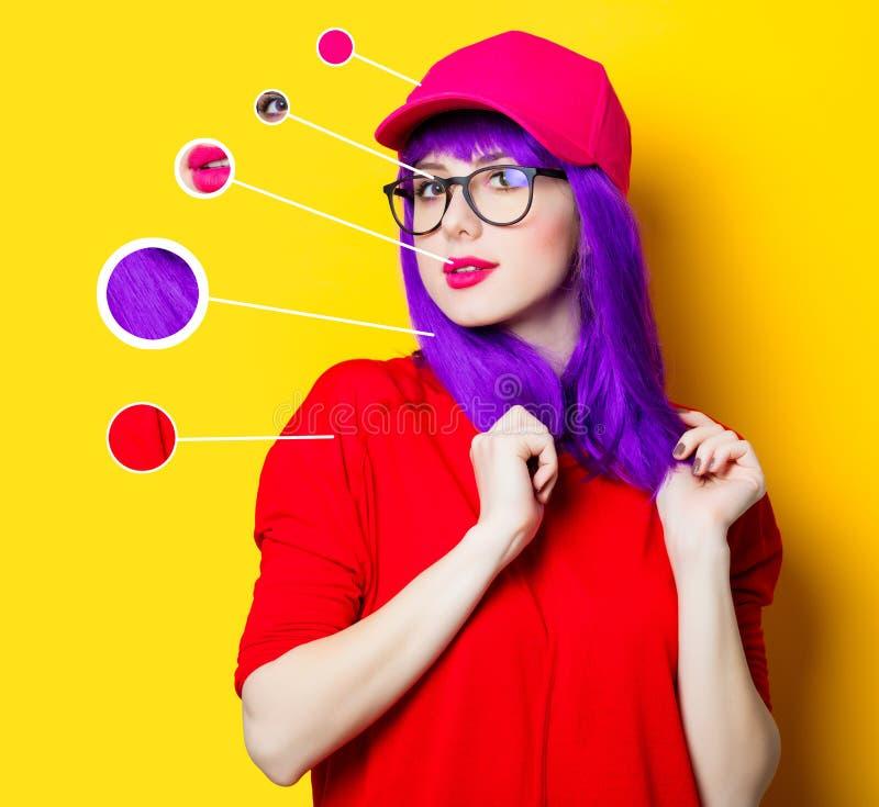 Frau mit dem purpurroten Haar und den Brillen lizenzfreie stockbilder