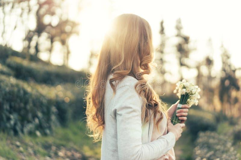 Frau mit dem roten, langen, gelockten Haar lizenzfreies stockbild