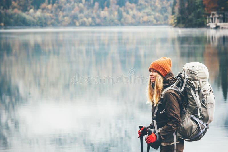 Frau mit dem Rucksackwandern stockfotografie