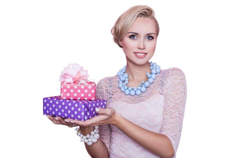 Frau mit dem schönen Lächeln, das bunte Geschenkboxen hält Weihnachten feiertag stockfoto