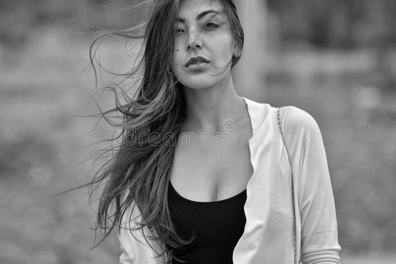 Frau mit dem schlampigen Haar im Wind stockfoto