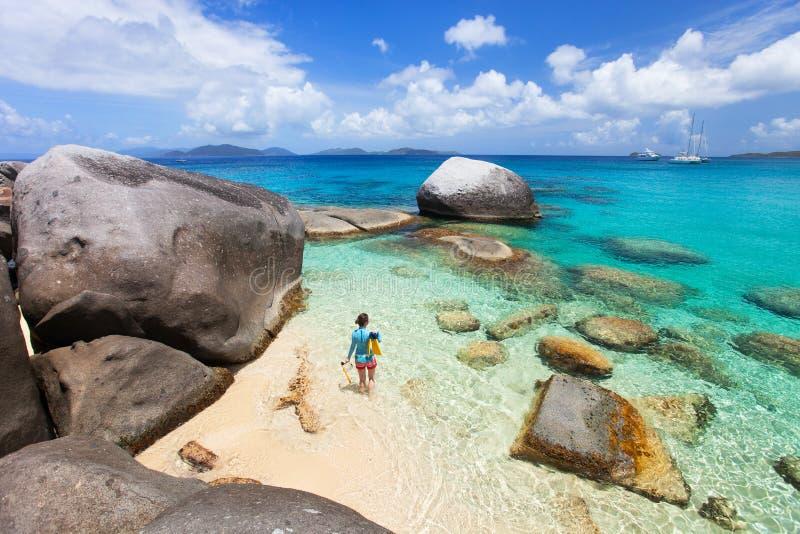 Frau mit dem Schnorcheln der Ausrüstung am tropischen Strand lizenzfreie stockbilder