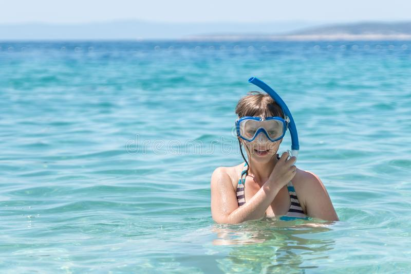 Frau mit dem Schnorcheln des Maskentauchens im Meer stockbilder
