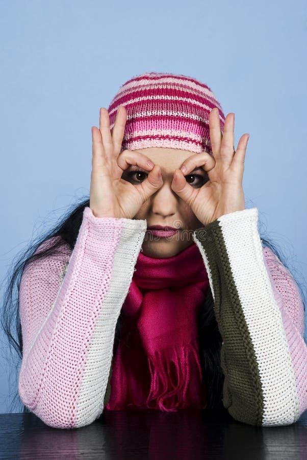 Frau mit dem Schutzkappenschauen stockfoto