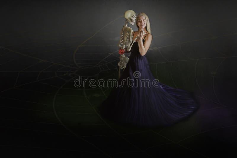 Frau mit dem Skelett lizenzfreies stockbild