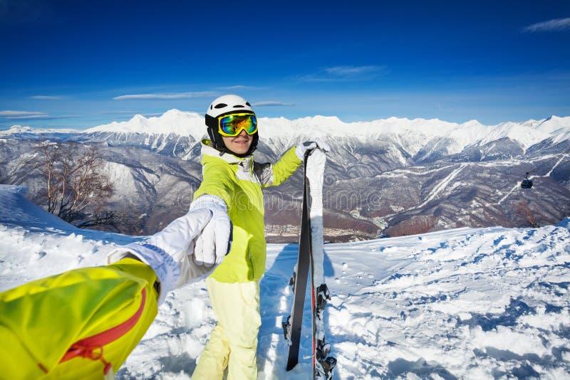 Frau mit dem Skizugfreund, der Hand hält stockfotografie