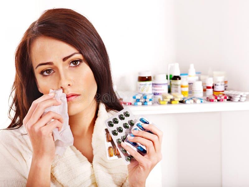 Frau mit dem Taschentuch, das Tabletten und Pillen hat. lizenzfreie stockfotos