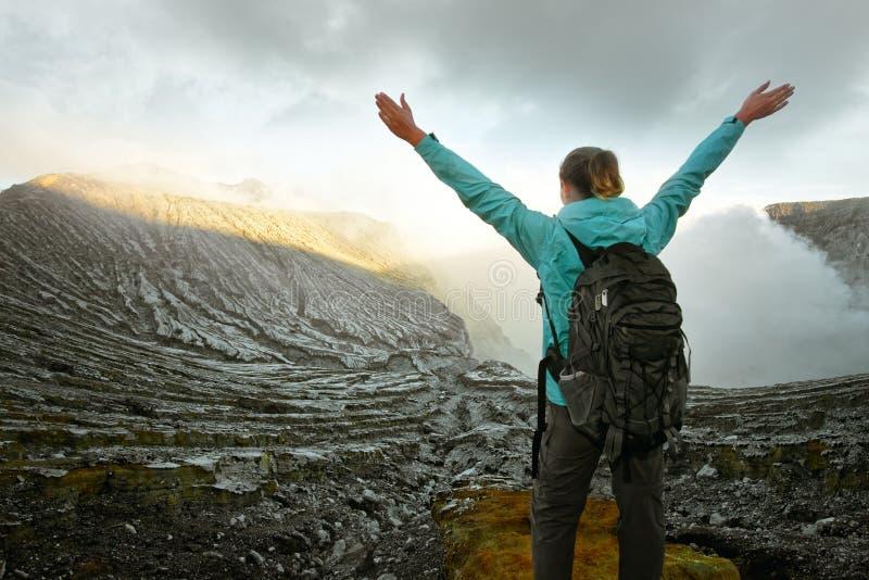 Frau mit dem Wanderer, der oben Vulkan Ijen der Ansicht genießt stockbilder