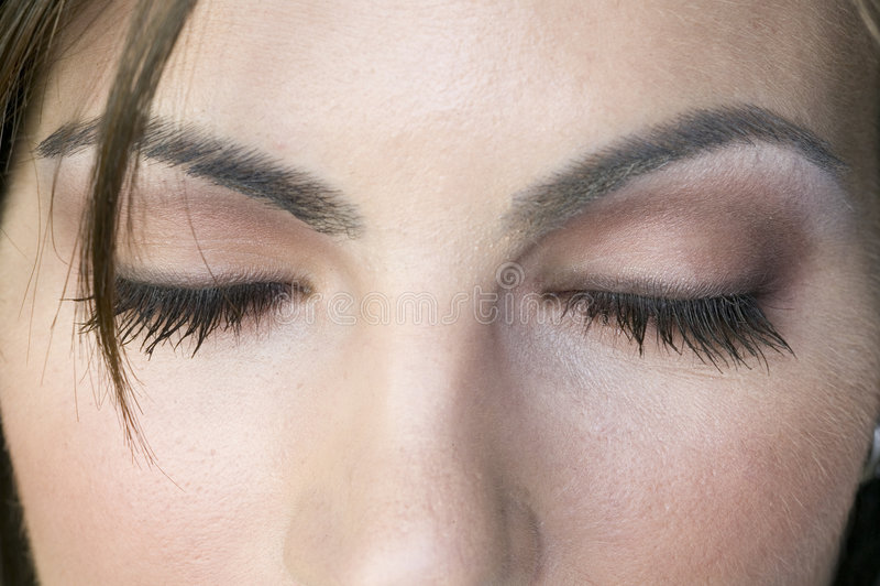 Frau mit den Augen geschlossen lizenzfreies stockfoto