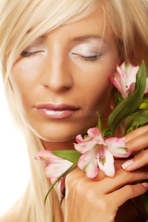 Frau mit den Blumen getrennt auf Weiß stockbild
