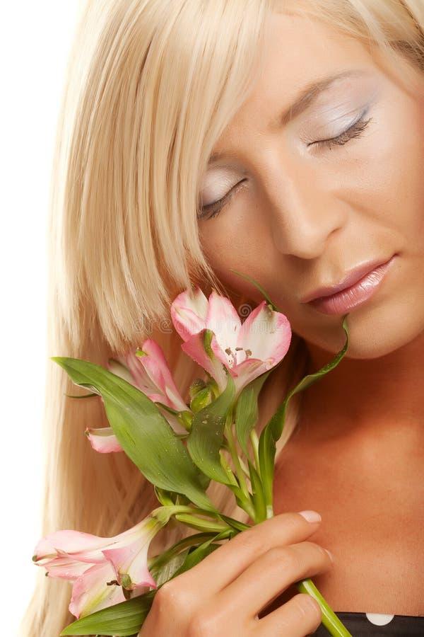 Frau mit den Blumen getrennt auf Weiß lizenzfreie stockfotos