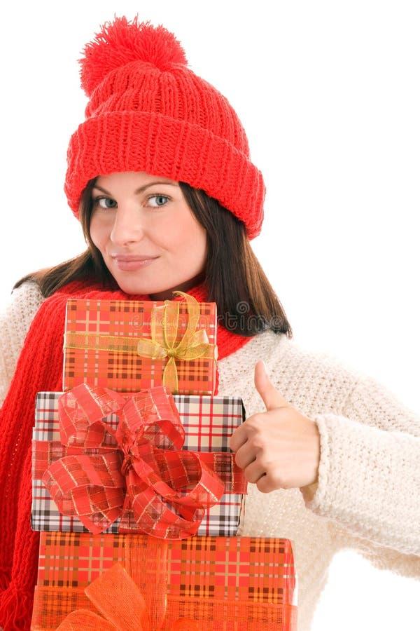 Frau mit den Geschenken, die Daumen aufgeben stockfotografie