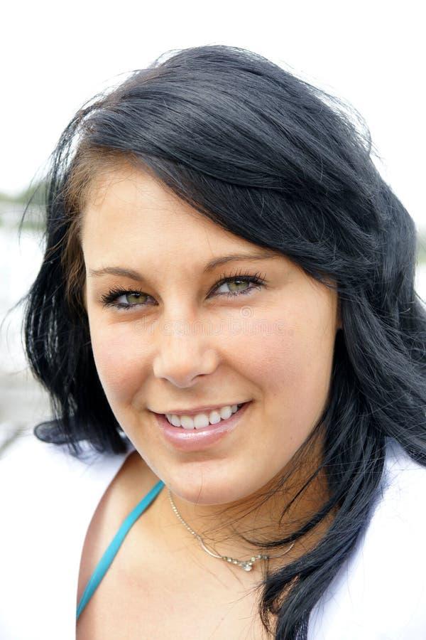 Frau mit den perfekten Zähnen und dem Lächeln, die Sie schaut stockbilder
