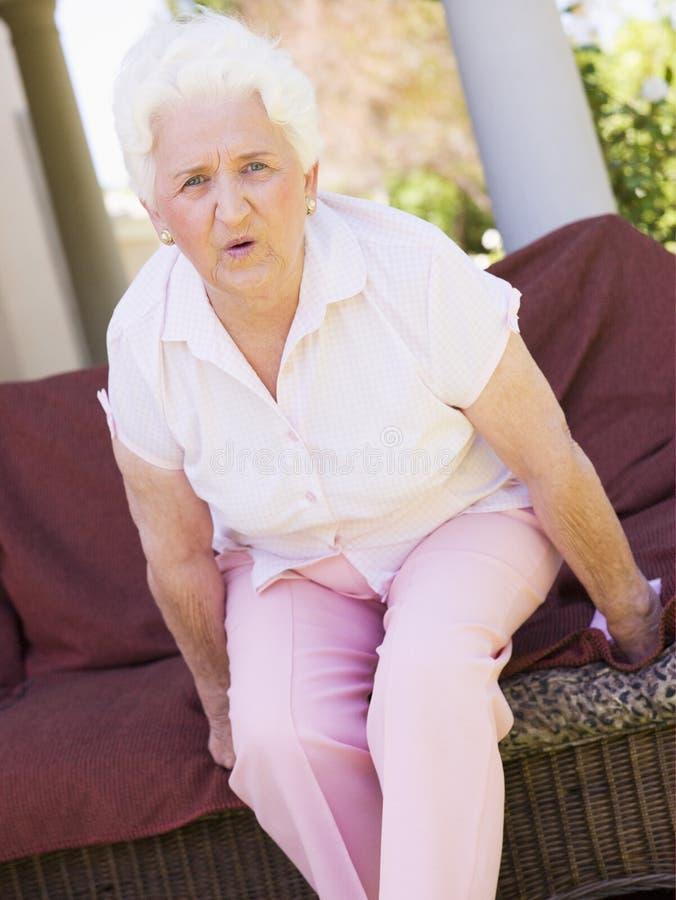 Frau mit den rückseitigen Schmerz lizenzfreie stockfotos