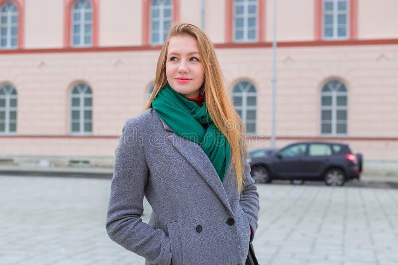 Frau mit den roten Lippen, die zur Seite im Herbst in der Verdichtereintrittslufttemperat schauen lizenzfreie stockbilder