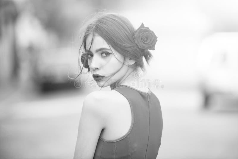 Frau mit den roten Lippen, Make-up auf nettem, jungem Gesicht lizenzfreie stockfotografie