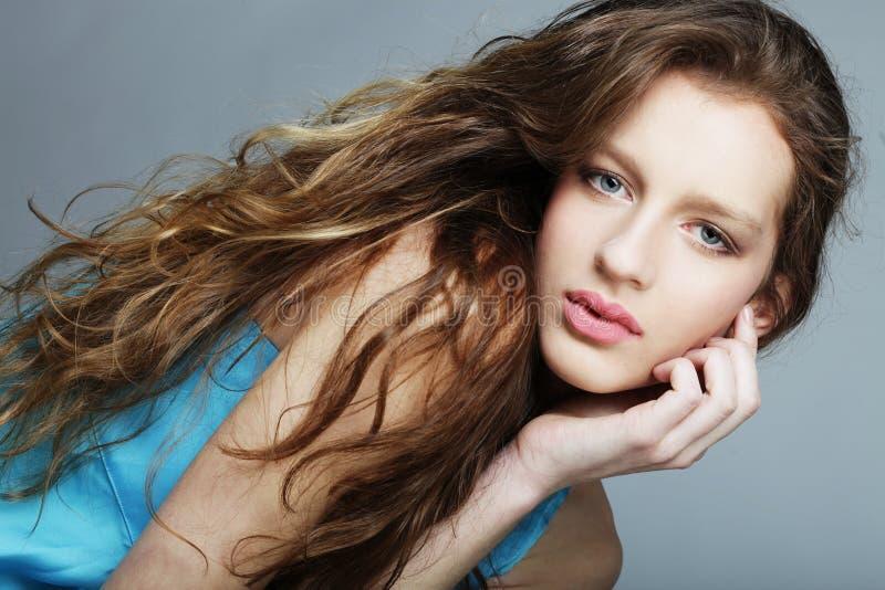 Frau mit den schönen langen blonden gelockten Haaren lizenzfreie stockbilder