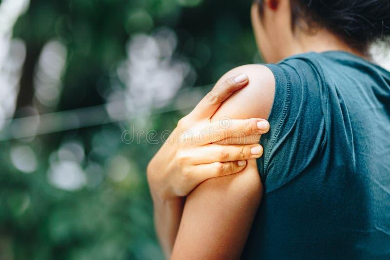 Frau mit den Schmerz in der Schulter und im Oberarm Schmerz in menschlichem Körper, O lizenzfreie stockfotos