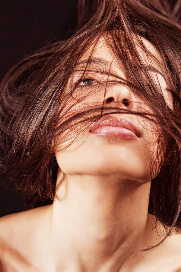 Frau mit den sinnlichen Lippen und dem Haar in der Bewegung stockfotos