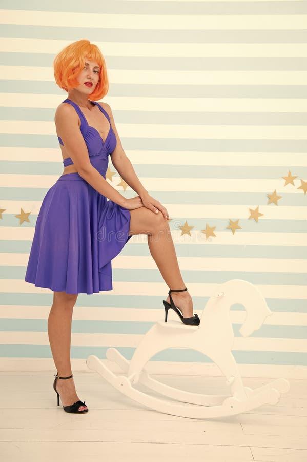 Frau mit den vollkommenen Fahrwerkbeinen Sch?nheitsfrau mit weicher und glatter Haut Haut- und Sch?nheitspflegeprodukte Setzen Si lizenzfreies stockbild