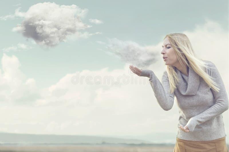 Frau mit den Zauberkräften, die Wolken herstellen stockfoto