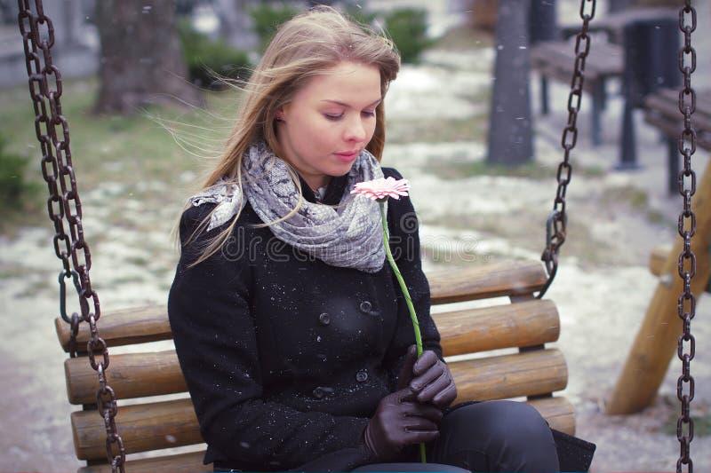 Frau mit der Blume traurig und alleine lizenzfreies stockfoto