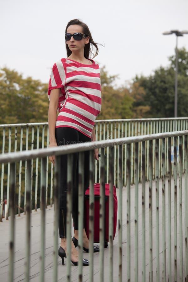 Frau mit der Gepäckaufwartung lizenzfreies stockbild