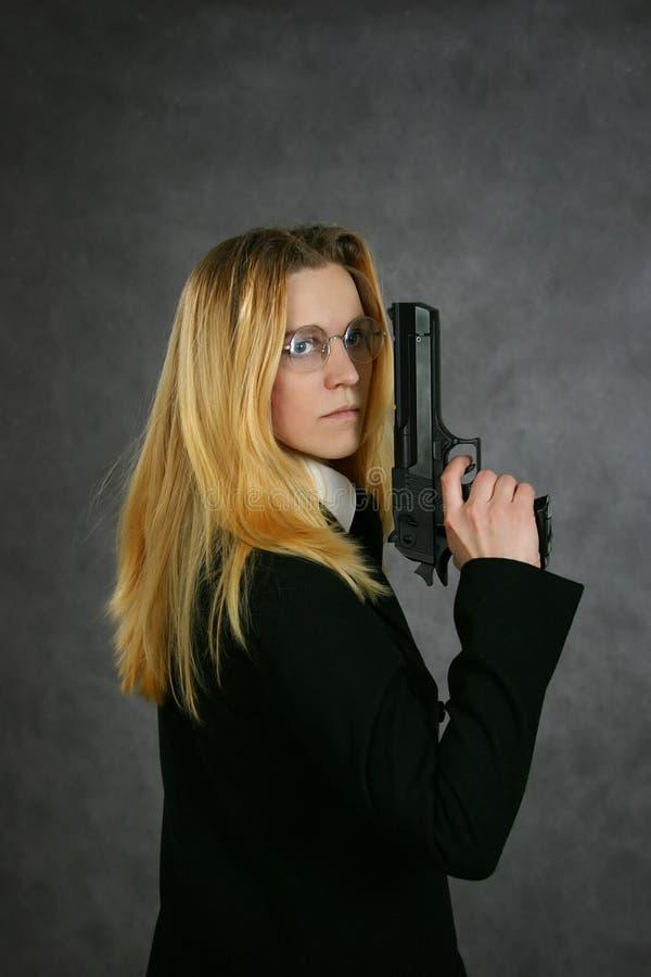 Frau mit der Gewehr stockbild