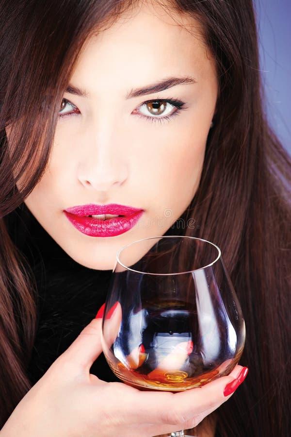 Frau mit der Haut, Glas Weinbrand halten lizenzfreie stockbilder