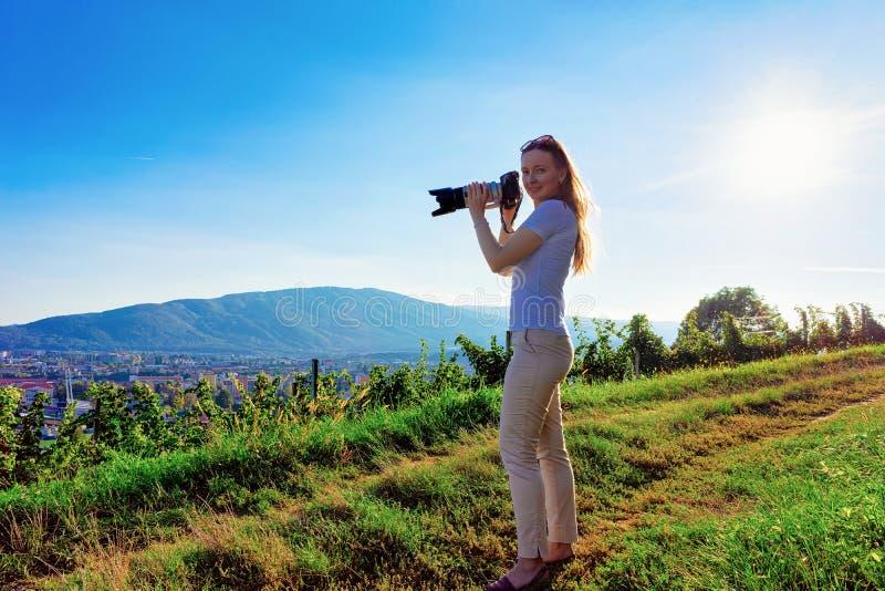 Frau mit der Kamera, die Foto Maribor in Slowenien macht lizenzfreie stockbilder