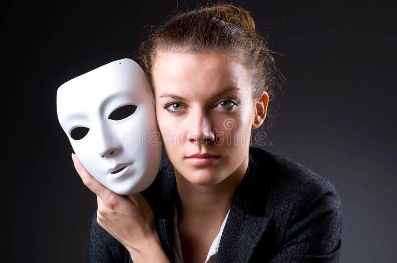 Frau mit der Maske im Hypokrisiekonzept lizenzfreies stockfoto