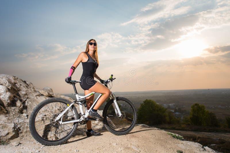 Aus einem mountainbiker-mädchen