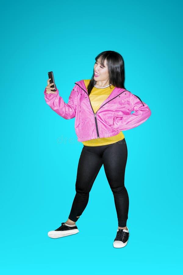 Frau mit der stilvollen Kleidung, die selfie Foto macht lizenzfreie stockfotografie