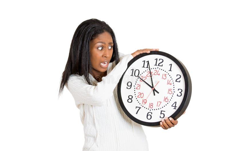 Frau mit der Uhr besorgt, gedrückt durch Zeitmangel lizenzfreie stockbilder