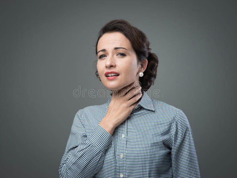 Frau mit der wunden Kehle lizenzfreies stockfoto