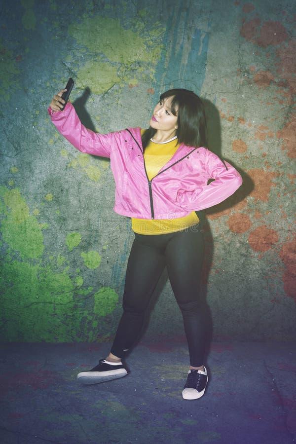 Frau mit der zufälligen Kleidung, die selfie Foto macht lizenzfreie stockbilder