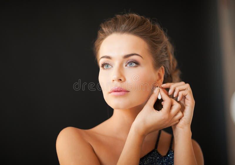 Frau mit Diamantohrringen lizenzfreies stockfoto