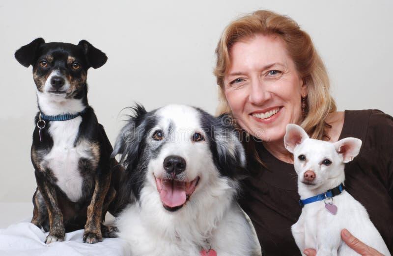 Frau mit drei Hunden lizenzfreie stockfotos